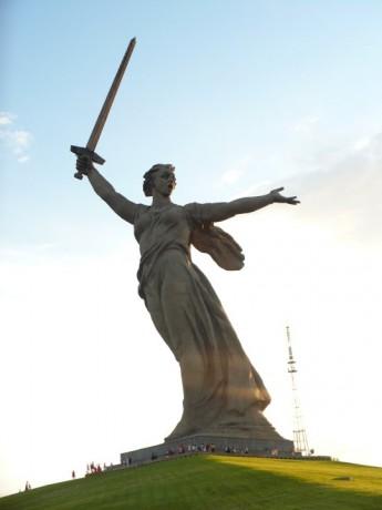 Mamajova mohyla, výška sochy - matka vlasť volá je 85 m